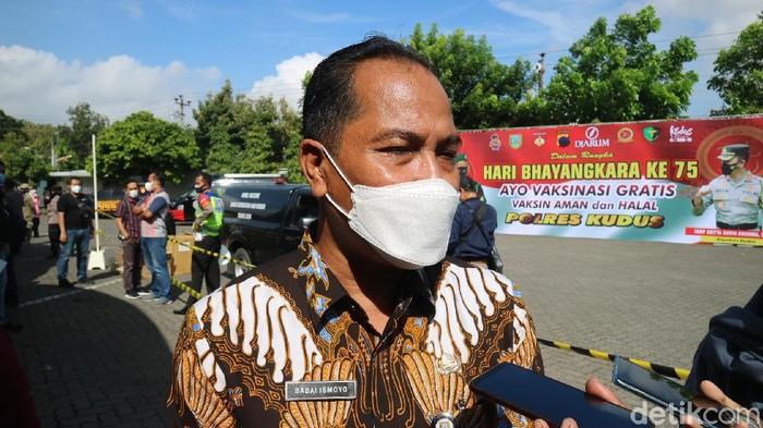 Kepala Dinas Kesehatan Kudus, Badai Ismoyo ditemui wartawan selepas meninjau vaksinasi di Kudus,