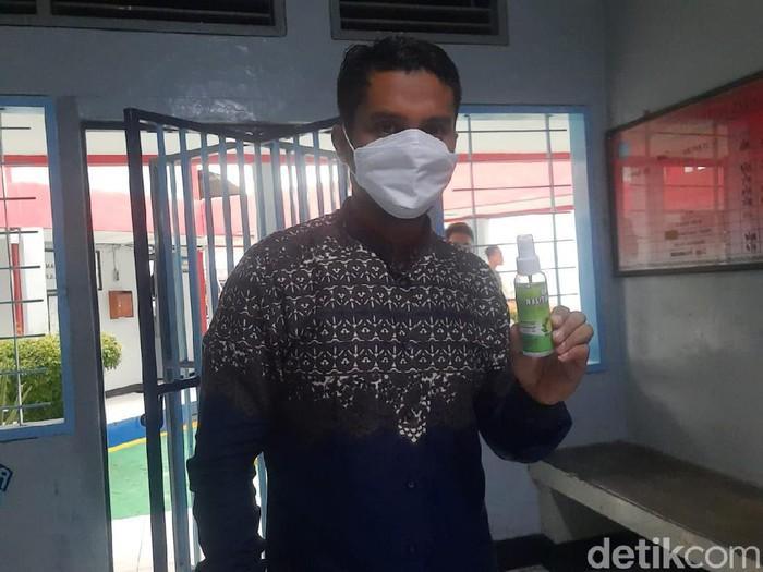 Kepala Rutan Kelas IIB Blora Dedi Cahyadi menunjukkan contoh hand sanitizer yang ditenggak napi, Sabtu (26/6/2021).