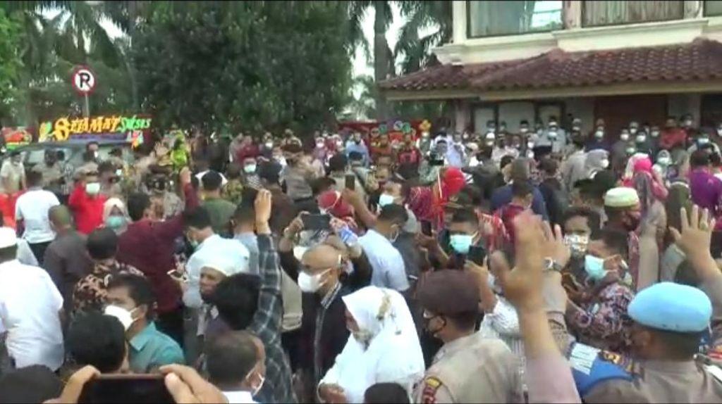 Polisi Bubarkan Kerumunan Massa Pelantikan Walkot Sungai Penuh Ahmadi Zubir