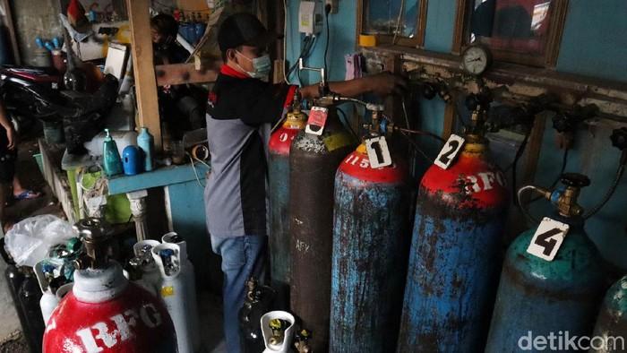 Kasus COVID-19 di Kota Bandung, Jawa Barat naik. Permintaan isi ulang oksigen pun meningkat, seperti di Depot Restu Fadil Gas, Kota Bandung.