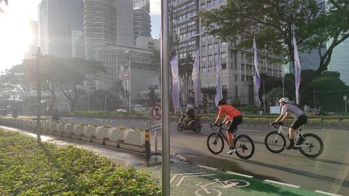Pesepeda Road Bike masiih ada yang keluar jalur sepeda di Sudirman-Thamrin