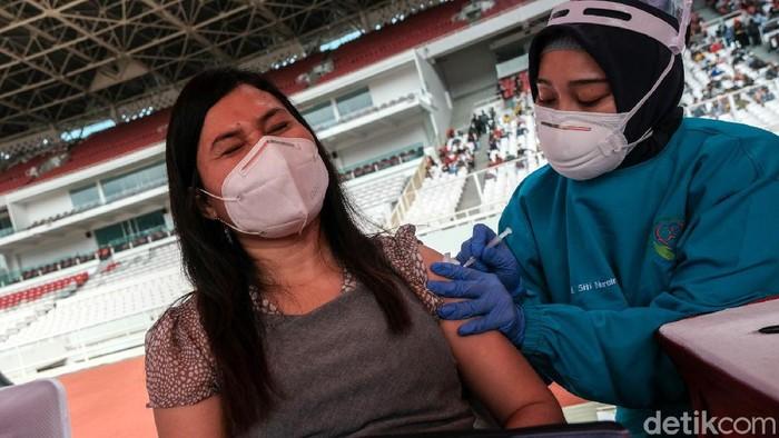 Vaksinasi massal COVID-19 digelar bagi warga ber-KTP DKI Jakarta hari ini. Salah satu lokasi yang dipilih adalah Stadion Utama Gelora Bung Karno (GBK).