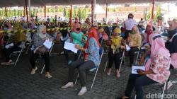 Kabupaten Kudus masuk dalam kategori zona merah COVID-19. Ribuan warga pun berbondong-bondong untuk melakukan vaksinasi COVID-19.