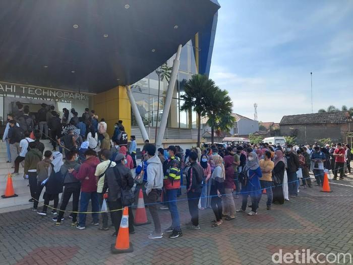 Vaksinasi massal di Cimahi menimbulkan kerumunan