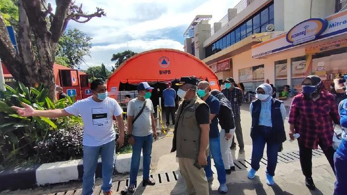 Wali Kota Bekasi Rahmat Effendi mengecek tenda darurat di depan RSUD Kota Bekasi (Dok Pemkot Bekasi)