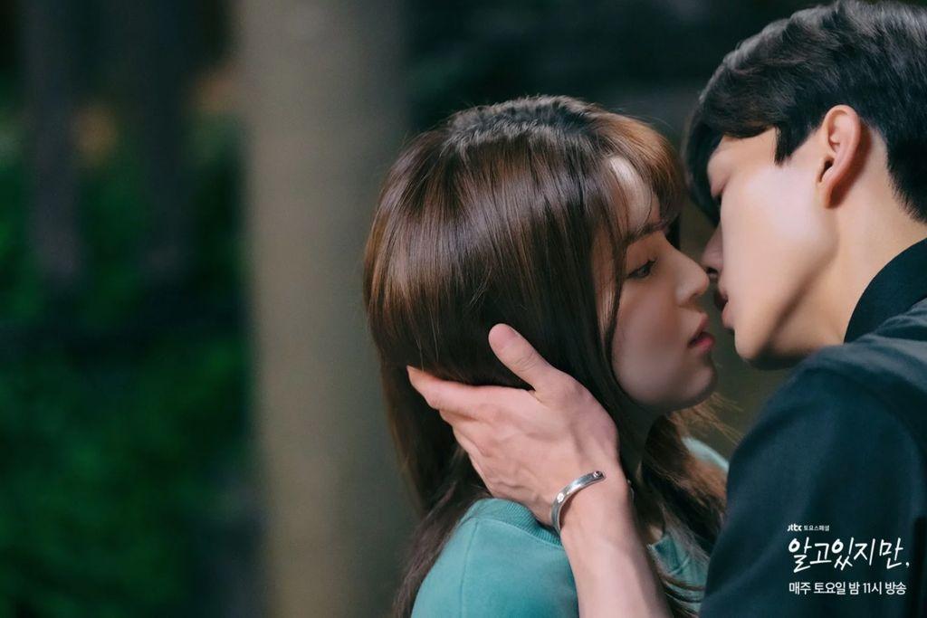 Adegan Ciuman Song Kang dan Han So Hee
