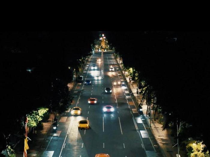 Aksi kejar-kejaran mobil mewah bak film Hollywood Fast & Furious terjadi di Kota Surabaya. Keindahan Kota Surabaya pada malam hari terbingkai apik dalam aksi yang dilakukan para Crazy Rich Surabayans ini.