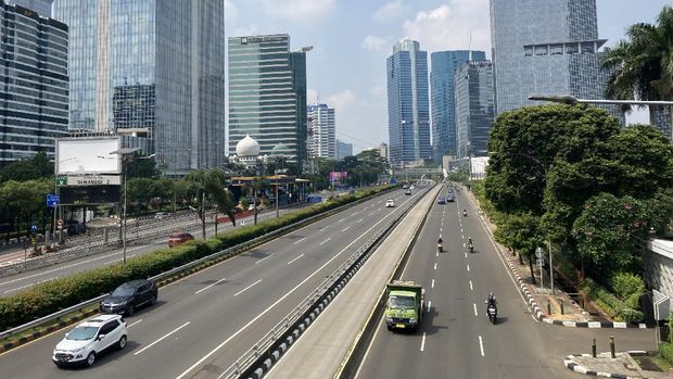 Kondisi Jalan Gatot Subroto, Jakarta, Minggu (27/6/2021), usai PPKM mikro berlaku.