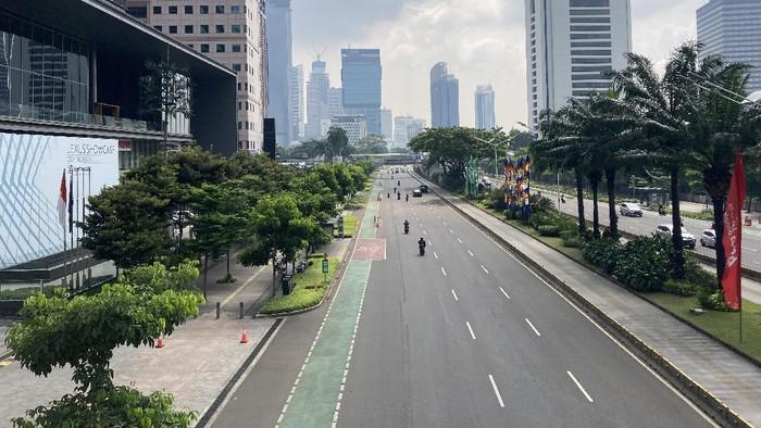 Situasi Jalan Sudirman, Jakarta, Minggu (27/6/2021), usai PPKM mikro berlaku.