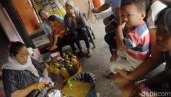 Para pembuat jamu godog atau jamu tradisional melayani pembeli di Kadipiro, Surakarta, Jawa Tengah. Jamu ini merupakan langganan Presiden Jokowi sejak dulu.