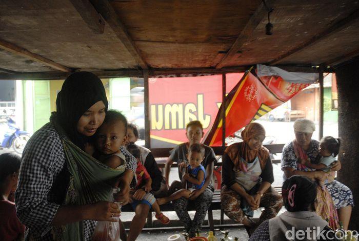 Pembuat jamu  godogkan atau jamu tradisional melayani pembeli di warungnya, Kadipiro, Surakarta, Jawa Tengah, Selasa (3/10). Simbah pembuat jamu godogan tersebut sudah melayani pembeli sejak tahun 60an dimasa pemerintahan presiden Soekarno.  Jamu tradisional ini juga digemari Joko Widodo semasa menajdi walikota Surakarta hingga sekarang. Setiap harinya pedagang mampu menjual sekitar 1000 gelas perharinya dengan harga 2000 pergelas.