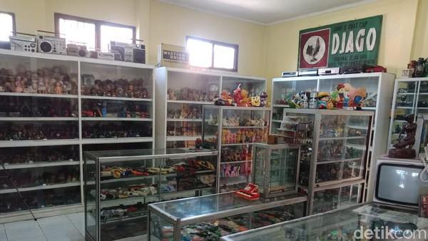 Hendra mengaku museum mainannya kerap dikunjungi sesama pecinta mainan jadul dari Jombang maupun luar kota. Ia memilih tidak menjual koleksi mainan jadulnya setiap ada pengunjung yang ingin membeli.