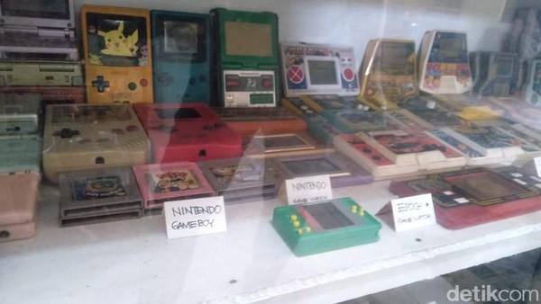 Sebut saja gimboy atau game nitendo yang pernah eksis di tahun 90-an tersimpan di museum ini. Museum mainan Jombang didirikan oleh Hendra pada tahun 2018 lalu.