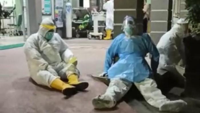 Video nakes kelelahan di halaman IGD RSUD dr Harjono Ponorogo beredar. Tampak ada 5 nakes ber-APD di depan ruangan.