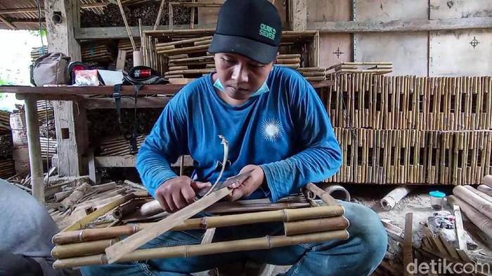 Siapa sangka nampan berbahan bambu bikinan, Mujimin, warga Kulon Progo ini diminati konsumen Belanda. Setiap bulannya ia bisa mengekspor hingga 4.000 buah.