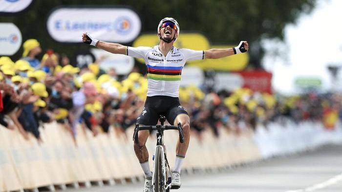 Podium pertama balapan Tour de France etape pertama direbut cyclist tuan rumah, Julien Alaphilippe. Ia menjadi yang tercepat setelah melibat rute sepanjang 197,8 km.