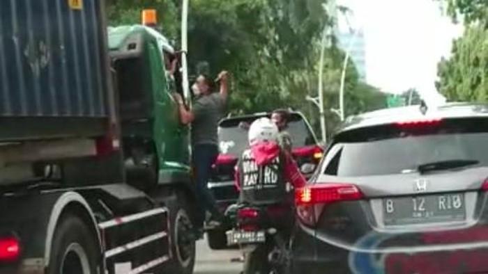 Pengemudi Pajero aniaya sopir truk di Jakut (tangkapan layar)