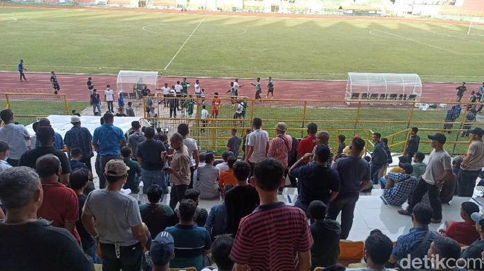 Penonton Berkerumun di Laga Persiraja vs PSMS Medan di Banda Aceh, Minggu (27/6)