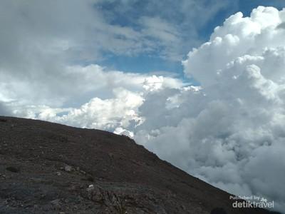 Foto: 7 Jam Perjalanan Menggapai Puncak Gunung Marapi