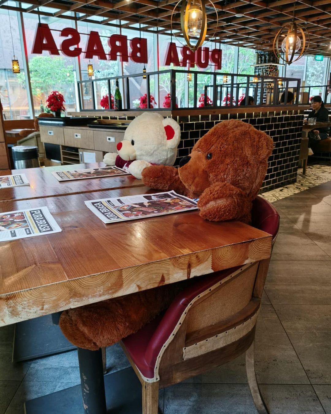 Restoran Pura Brasa Hadirkan Boneka Beruang untuk Ingatkan Prokes 'Dine In'.