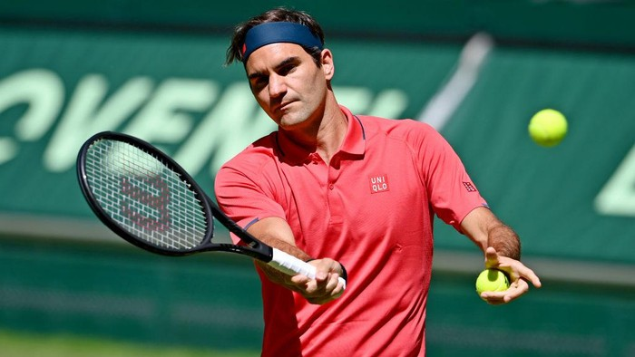 HALLE, GERMANY - JUNE 14: Roger Federer of Switzerland warms up prior to his match against Ilya Ivashka of Belarus during day 3 of the Noventi Open at OWL-Arena on June 14, 2021 in Halle, Germany. (Photo by Thomas F. Starke/Getty Images)