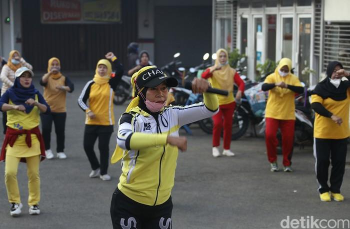 Warga berolahraga senam pagi di desa Bojong Kulur, Kabupaten Bogor, Jawa Barat, Minggu (27/6/2021). Aktivitas olahraga diharapkan membangun imunitas tubuh di masa pandemi.