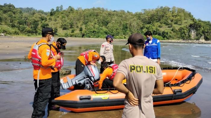 Tim SAR gabungan melakukan pencarian korban tenggelam di Pantai Logending Kebumen, Minggu (27/6/2021).