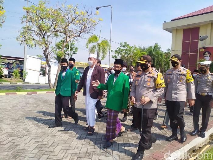 Politikus dan ulama di Kabupaten Mojokerto kecewa dengan putusan hakim Pengadilan Tinggi (PT) Bandung, yang meloloskan 6 terpidana kasus sabu 402 kg dari hukuman mati. Mereka meminta jaksa penuntut umum (JPU) mengajukan kasasi agar hukuman mati kembali dijatuhkan ke enam terpidana.