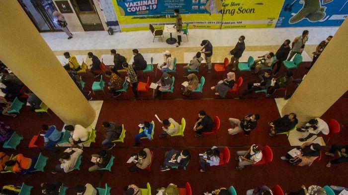 Sejumlah calon penerima vaksin antre sebelum mengikuti vaksinasi COVID-19 di Duta Mal, Banjarmasin, Kalimantan Selatan, Jumat (25/6/2021). Polresta Banjarmasin dan Dokter Kesehatan Polda Kalimantan Selatan bekerja sama dengan pengelola Duta Mal Banjarmasin menggelar vaksinasi COVID-19 untuk masyarakat umum dan karyawan mal sebagai upaya menyukseskan program pemerintah target sejuta penyuntikkan vaksin per hari. ANTARA FOTO/Bayu Pratama S/wsj.
