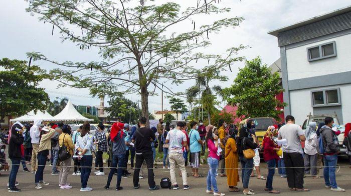 Sejumlah warga antre saat mengikuti vaksinasi COVID-19 massal di Gelanggang Olahraga (GOR) Adiarsa, Karawang, Jawa Barat, Sabtu (26/6/2021). Pemerintah Kabupaten Karawang bersama TNI dan Polri menggelar vaksinasi massal dalam rangka HUT Bhayangkara ke-75 sekaligus mendukung program satu juta penyuntikkan vaksin COVID-19 per hari. ANTARA FOTO/M Ibnu Chazar/wsj.