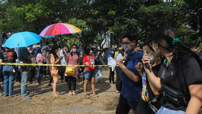 Warga mengantre untuk mendapatkan vaksinasi COVID-19 di Kenjeran Park, Surabaya, Jawa Timur, Sabtu (26/6/2021). Vaksinasi COVID-19  secara massal menyambut HUT ke-75 Bhayangkara  itu guna mewujudkan kekebalan komunal atau herd immunity menuju Indonesia sehat bebas COVID-19. ANTARA FOTO/Didik Suhartono/rwa.