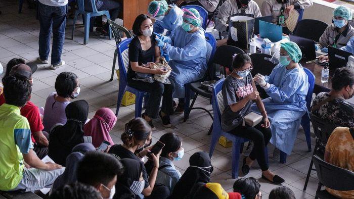 Petugas medis menyuntikkan vaksin COVID-19 kepada warga saat vaksinasi massal di Stadion Sanaman Mantikei, Palangkaraya, Kalimantan Tengah, Sabtu (26/6/2021). Pemerintah daerah setempat bekerja sama dengan jajaran TNI dan Polri menyediakan 2.550 dosis vaksin bagi masyarakat untuk menyukseskan target satu juta vaksin yang menjadi program pemerintah pusat guna menuju Indonesia sehat bebas COVID-19. ANTARA FOTO/Makna Zaezar/rwa.