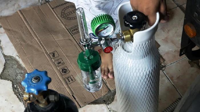 Lonjakan kasus COVID-19 di tanah air berimbas pada tingkat ketersediaan alat bantu pernafasan tabung gas oksigen. Di beberapa pusat penjualan alat kesehatan pun harganya ikut melonjak bahkan kehabisan stok.