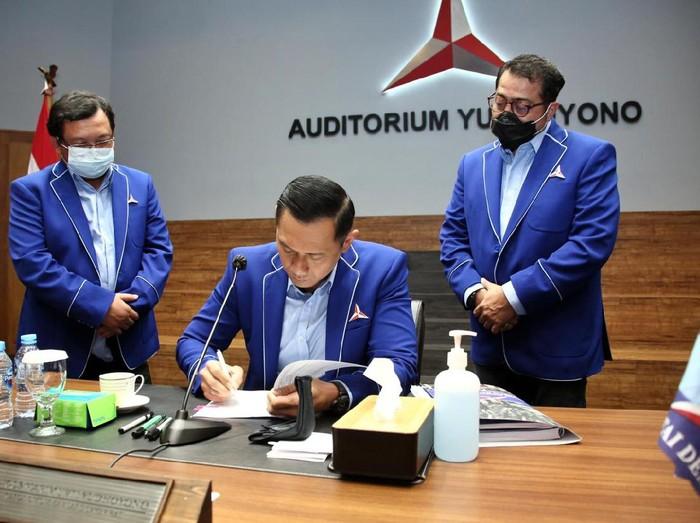 Jakarta - Ketua Umum Partai Demokrat Agus Harimurti Yudhoyono (AHY) mengangkat Rinto Subekti jadi Ketua DPD Partai Demokrat Jateng. Hal itu ditetapkan usai Uji Kelayakan dan Kepatutan atau fit and proper test kepada calon tunggal hasil Musda DPD Jawa Tengah.