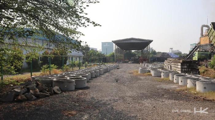 Pemerintah DKI Jakarta tengah mempersiapkan pembangunan sumur resapan. Adapun proyek tersebut merupakan program prioritas Dinas Sumber Daya Air Pemerintah Provinsi DKI Jakarta sejalan dengan instruksi Gubernur Nomor 52 Tahun 2020 tentang Pengendalian Banjir di Era Perubahan Iklim.