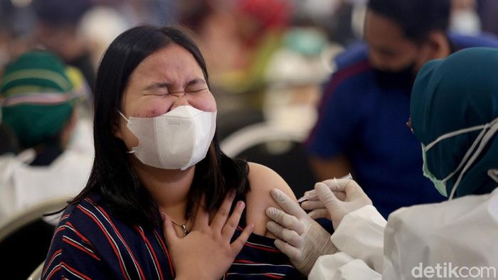 Antusiasme warga untuk mendapatkan vaksin COVID-19 di Trans Studio Mall Cibubur, Depok, Jawa Barat, terpantau sangat tinggi. Beginilah potret saat dari proses antre hingga vaksinasi.
