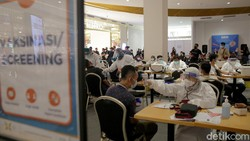 Antusiasme warga mendapatkan vaksin COVID-19 di Trans Studio Mall Cibubur, Jawa Barat, terpantau sangat tinggi. Ini potretnya saat proses antre hingga vaksinasi