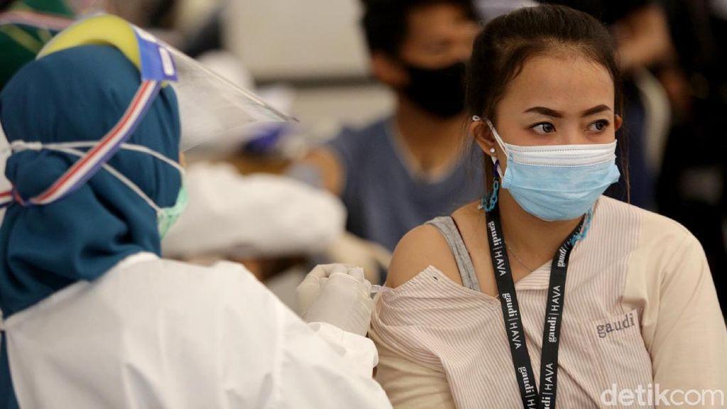 Antusias Warga Ikut Vaksinasi COVID-19 Gratis di TSM Cibubur