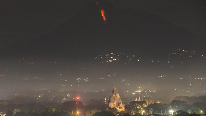 Awan panas guguran Gunung Merapi terlihat dari Prambanan, Sleman, DI Yogyakarta, Senin (28/7/2021). Balai Penyelidikan dan Pengembangan Teknologi Kebencanaan Geologi (BPPTKG) Yogyakarta mencatat telah terjadi awan panas guguran Gunung Merapi pada tanggal 28 Juni 2021 pukul 20.35 WIB dengan jarak luncur 2.000 meter ke arah tenggara.  ANTARA FOTO/Hendra Nurdiyansyah/foc.