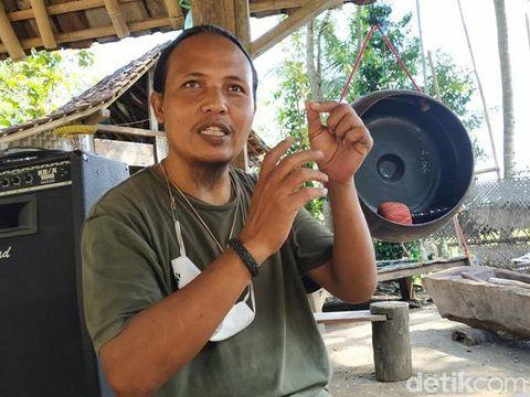 Ibarat tak ada rotan, akar pun jadi. Ungkapan itu tepat untuk menggambarkan kreativitas seniman dari Komunitas Song Meri yang membuat gamelan berbahan kaca.