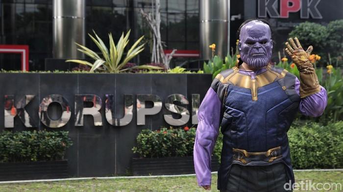 Sejumlah aktivis gelar aksi teatrikal di depan gedung KPK. Dalam aksi teatrikal itu seorang aktivis kenakan kostum karakter Thanos sebagai simbol penghancur KPK