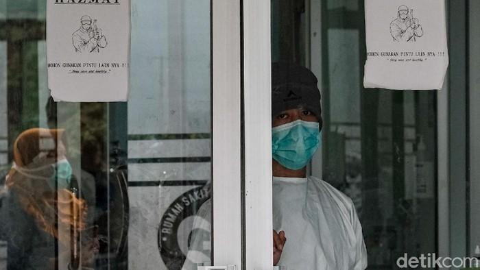 RSUD Kramat Jati Jakarta Timur menyetop sementara layanan rawat jalan, Senin (28/6). Layanan kesehatan bakal difokuskan pada penanganan pasien COVID-19 dan vaksinasi.