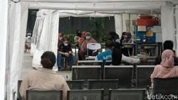 RSUD Kramat Jati Jakarta Timur menyetop sementara layanan rawat jalan Senin (28/6). Layanan kesehatan bakal difokuskan pada penanganan pasien COVID-19-vaksinasi
