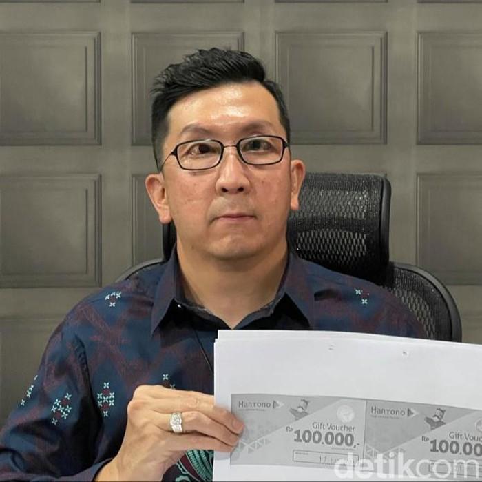 Seorang direktur perusahaan di Surabaya menjadi tersangka setelah dilaporkan PT Hatson Surya Electric atau Hartono Elektronik. Tersangka dilaporkan karena diduga menggelapkan voucher senilai Rp 10 miliar.