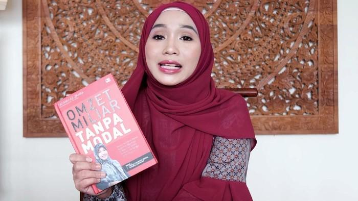 Seorang miliarder muda ini bernama Fatimah Az Zahra, videonya sempat viral dan banjir komentar karena perjuangannya hingga menjadi seperti sekarang.  Pengusaha yang kini menyandang gelar miliarder tanpa modal itu kini sampai bisa mengendorse artis papan atas.
