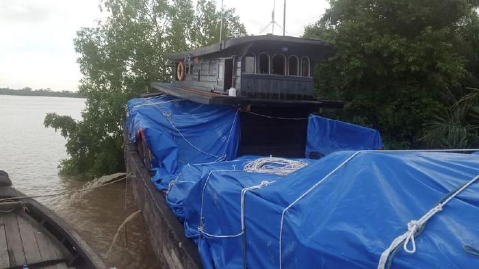 Kapal bermuatan pakaian bekas ilegal diamankan di Labuhanbatu