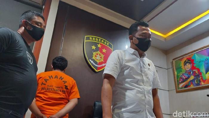 mam Subakti (berbaju tahanan) ditangkap polisi menipu calon pekerja di Sulsel (Taufiq/detikcom).