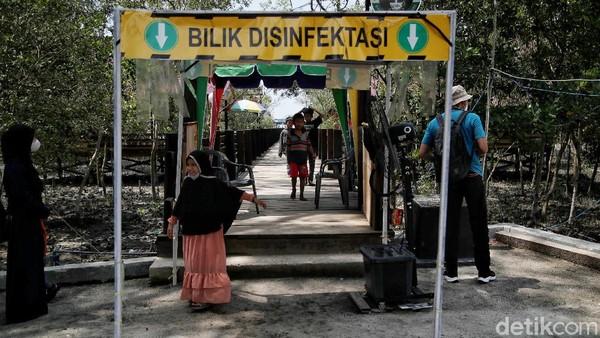 Pantai Perupuk jadi salah satu destinasi wisata andalan di Kabupaten Batu Bara, Sumut. Guna mencegah penyebaran virus Corona, para pengunjung yang hendak memasuki kawasan pantai pun diimbau untuk melewati bilik disinfektan serta menerapkan protokol kesehatan.