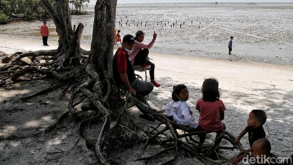 Menurut Ketua Kelompok Tani Cinta Mangrove Kabupaten Batubara, Azizi, sejarah pantai dengan panjang kurang dari 5 kilometer ini dimulai pada tahun 1942 ketika Perang Dunia II tengah terjadi. Kala itu Jepang melihat potensi pantai ini sebagai tempat pertahanan yang strategis dan memutuskan untuk mendarat di Pantai tersebut.