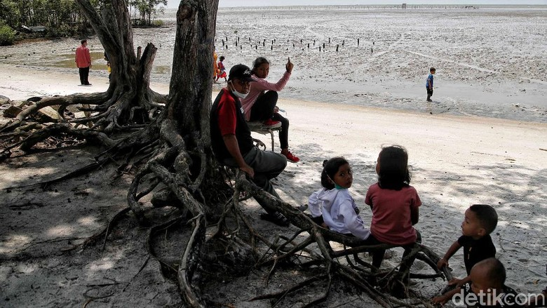 Pantai Perupuk di Sumatera Utara juga dikenal dengan nama Pantai Sejarah. Seperti namanya, pantai ini menyimpan banyak cerita dan kenangan bagi warga di sana.